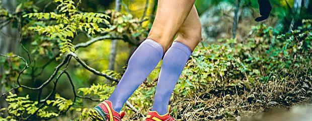 Biegasz w kompresyjnych skarpetach i legginsach? Sprawdź, czy naprawdę poprawiają twoje wyniki