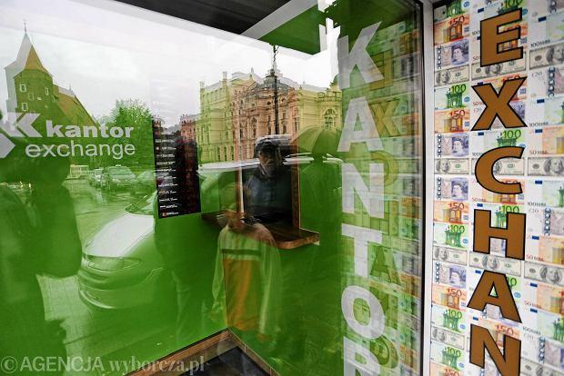 Sprzeda, kupi, oskubie. Zani�one kursy walut w kantorze