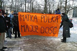 Przemoc to nie tylko zn�canie si�. Polskie kobiety walcz� o alimenty i podzia� maj�tku