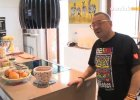 Jurek Owsiak na tle swojej kuchni