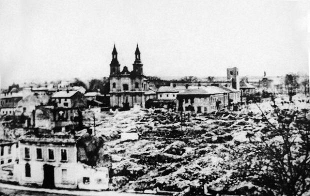 Niemieccy lotnicy, którzy zniszczyli Wieluń (na zdjęciu), mieli doświadczenie w atakowaniu celów cywilnych. Wśród nich byli lotnicy Legionu Condor, którzy w 1937 r. podczas wojny domowej w Hiszpanii zmietli z powierzchni ziemi niewielką Guernicę. Zapoczątkowane przez Luftwaffe naloty terrorystyczne stały się jednym z przejawów wojny totalnej ogłoszonej w 1943 r. przez Josepha Goebbelsa.