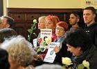 Sprawa spalonej kukły Żyda w sądzie. Na salę weszli z transparentami i różami