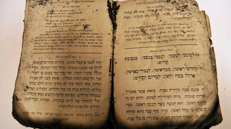 Pożółkłe strony wypełnione są drukowanymi tekstami po hebrajsku i niemiecku. Jest też rok wydania: 1877
