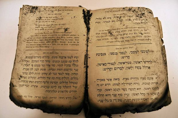Po��k�e strony wype�nione s� drukowanymi tekstami po hebrajsku i niemiecku. Jest te� rok wydania: 1877