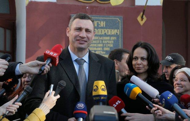 """Wybory parlamentarne na Ukrainie. Policzono prawie 90 proc. g�os�w. Partia Jaceniuka z przewag� nad """"Blokiem Poroszenki"""""""