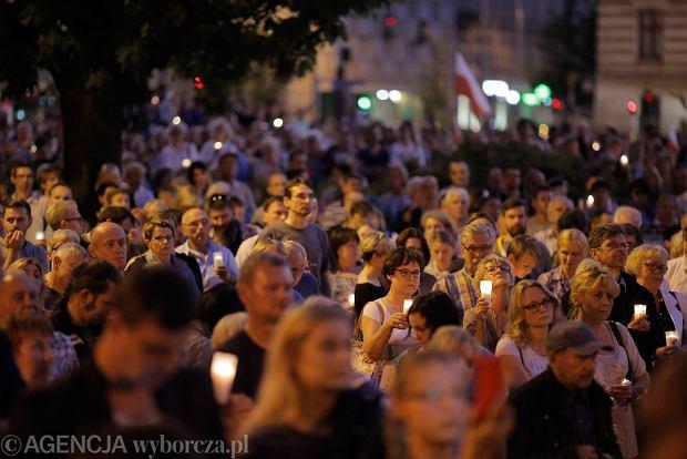 Zdjęcie numer 35 w galerii - Tłumy przed Sądem Okręgowym w Łodzi. Kolejny dzień protestów przeciwko zmianom PiS w sądownictwie [ZDJĘCIA]