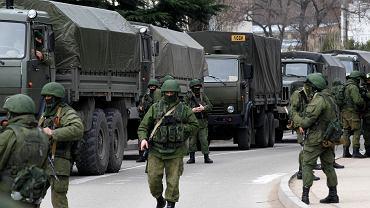 """Rosyjskie wojska, jako """"Zielone Ludziki"""" w Balaklawie na Krymie"""
