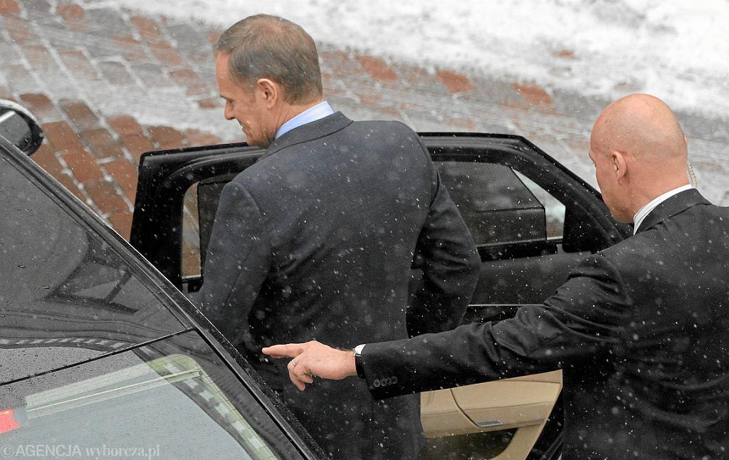2012 rok, ówczesny premier Donald Tusk wsiada do limuzyny (fot. Sławomir Kamiński/AG)