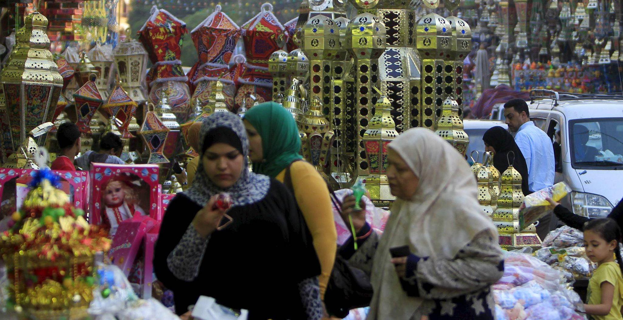 Egipcjanki kupują tradycyjne lampiony (fot. Mohamed Abd El Ghany / Reuters)