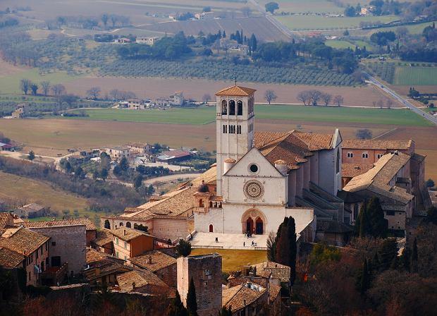 Umbria. Basilica di S. Francesco w Asy�u  Sanktuarium nad grobem �w. Franciszka, z urzekaj�cymi freskami Cimabuego, Giotta, Simone Martiniego i innych, jest jedn� z najpi�kniejszych �wi�ty� chrze�cija�skich na �wiecie.