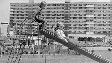 Zabawy dzieci i młodzieży na osiedlu Powstań Narodowych na Ratajach. Poznań, lata 70. Zdjęcia w galerii pochodzą z wystawy na 60-lecie Spółdzielni Mieszkaniowej Osiedle Młodych