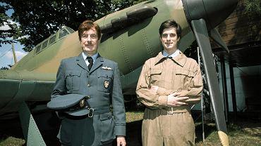Muzeum Arkadego Fiedlera. Marek Fiedler i syn Marek Oliwier Fiedler w strojach pilota i mechanika z Dywizjonu 303
