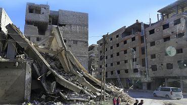 Damaszek w ruinach. Tony złomu są na powrót przetapiane na zbrojenia do betonu, które posłużą do odbudowy zniszczonych domów. Właścicielem huty jest Foz