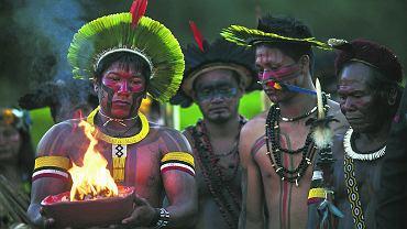 Kari-Oca, Brazylia. Członkowie plemienia Kayapo podczas ceremonii rozpalania świętego ognia