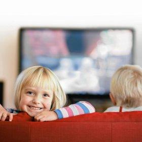 Maluch przed telewizorem -