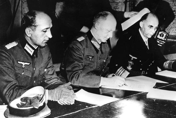 Kapitulacja w Reims. Od lewej: generałowie Eberhard Kinzel i Alfred Jodl oraz admirał Hans Georg von Friedeburg. Kinzel i Friedeburg popełnili samobójstwo 23 maja 1945 r. Jodl, podobnie jak Wilhelm Keitel (w kółku), stanął przed trybunałem w Norymberdze, został skazany na śmierć za zbrodnie wojenne i powieszony 16 października 1946 r.