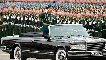 Rosyjski minister obrony Siergiej Szojgu salutuje żołnierzom podczas przejazdu przez Plac Czerwony