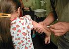Chora na cukrzycę dziewczynka dostaje zastrzyk z insuliną