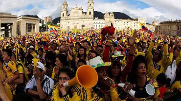 Kibice reprezentacji Kolumbii świętują triumf nad Urugwajem. Mecz 1/8 finału MŚ 2014 oglądali na Placu Bolivara w Bogocie