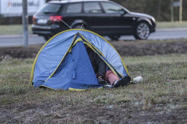 Rozbiła namiot przy rondzie w Zielonej Grze i poszła spać