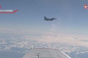 Natowskie F-16 zbliża się do samolotu rosyjskiego ministra. Wtem podlatuje Su-27 i daje znak