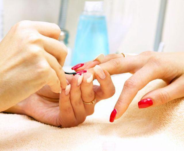 Wirus HCV przenosi się przez krew. Jeśli w zakładzie kosmetycznym nie są przestrzegane procedury, podczas manicure grozi ci zarażenie.