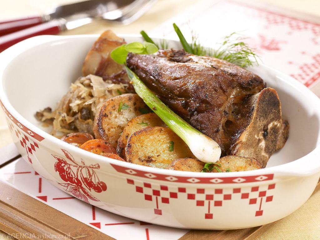 Gicz barania z kiszona kapustą, grzybami i ziemniakami