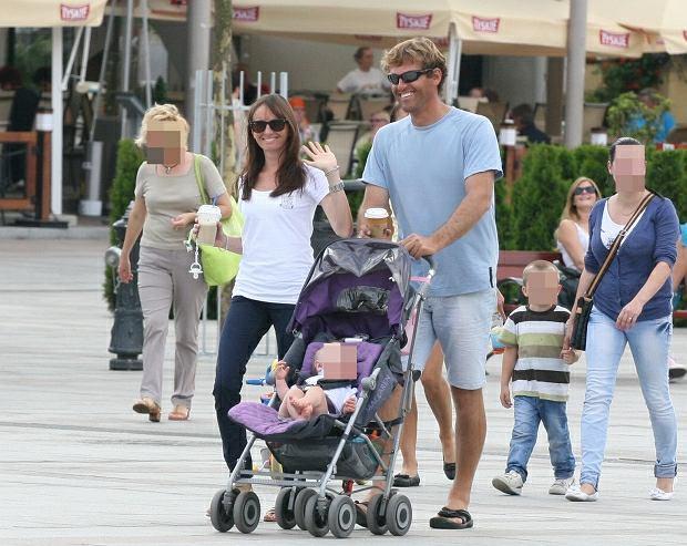Żeglarz Mateusz Kusznierewicz wraz z żoną i córką na spacerze w Sopocie
