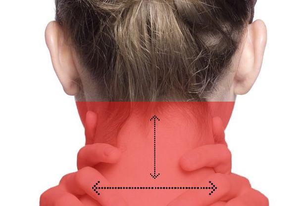 Jeśli głowa boli z tyłu i ból promieniuje do barków, przyczyną może być nadwyrężenie lub schorzenie kręgosłupa