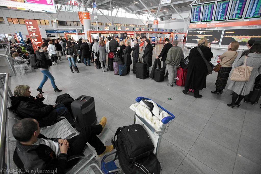 Kolejka w hali odlotów lotniska Okęcie