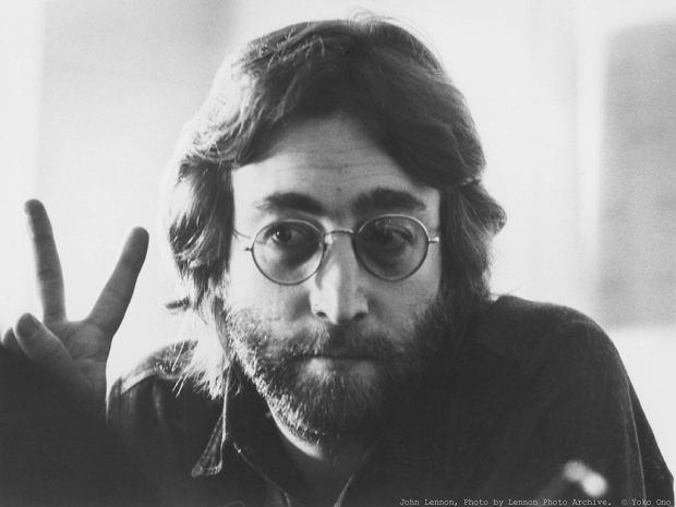 """Nie będziemy streszczać Wam biografii Lennona. Dziś, w rocznicę jego zabójstwa, chcemy po prostu trochę o nim """"pomówić"""". Albowiem wielkie postaci sceny muzycznej, jak mało kto, zasługują przynajmniej na taki rodzaj """"nieśmiertelności""""."""