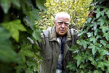 Jarosław Marek Rymkiewicz w swoim ogrodzie w Milanówku