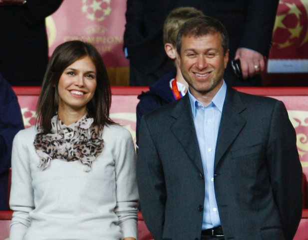 Chelsea owner Roman Abramovich stands with his Russian model girlfriend Daria Zhukova before the UEFA Champions League final between Chelsea and Manchester United at the Luzhniki stadium in Moscow May 21, 2008.     REUTERS/Eddie Keogh (RUSSIA)