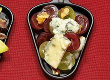 Raclette z orzechami włoskimi i winogronami - ugotuj