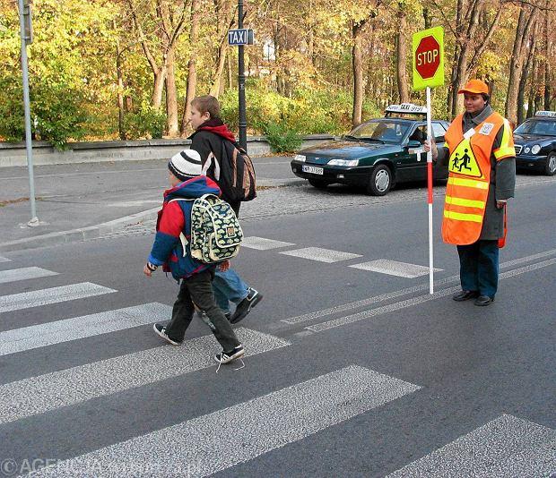 """Kiedy wychodzą ze szkoły, jest ciemno. """"Uczniowie powodują wypadki"""". Można ich uniknąć? [RAPORT]"""