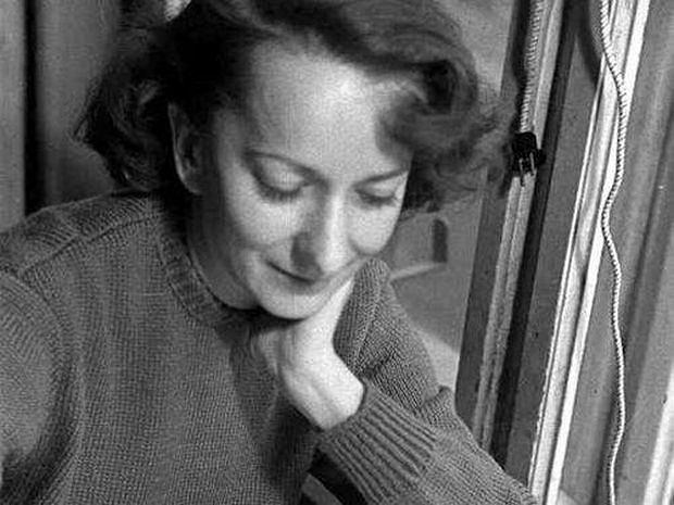 Wisława Szymborska, wielka poetka, była kobietą dowcipną, z ogromnym poczuciem humoru, dystansem do siebie i świata. Uwielbiała palić papierosy, oglądać walki Gołoty, zachwycała się filmami Woody'ego Allena, Felliniego i lubiła pisać limeryki leżąc w łóżku. Zwykła i niezwykła. Szymborska dzięki ciepłemu uśmiechowi i dowcipkowaniu nigdy naprawdę się nie zestarzała.