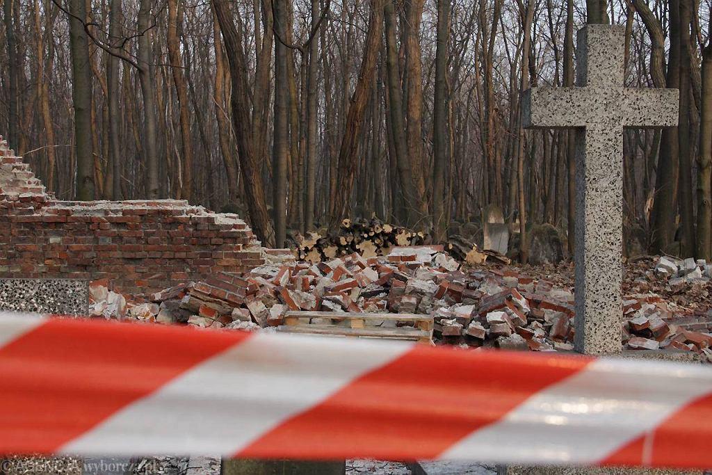 Runął ceglany mur oddzielający Stare Powązki od Cmentarza Żydowskiego. Zniszczone jest nie tylko ogrodzenie, ale około 70 nagrobków katolickiej nekropolii