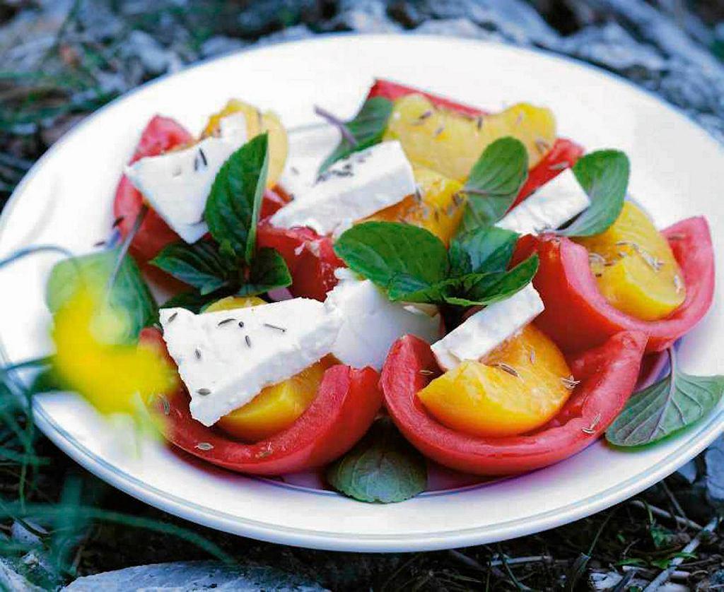 Sałatka z pomidorów, fety i brzoskwiń