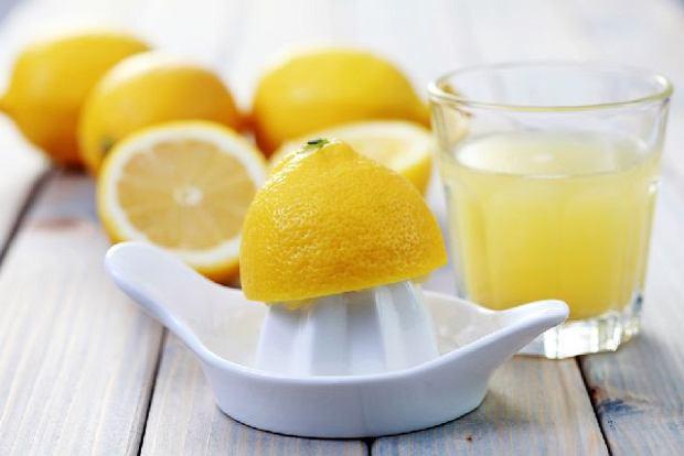 Woda z cytryną oczyszcza z toksyn i sprzyja utrzymaniu prawidłowego poziomu pH organizmu.