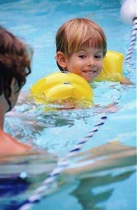 Nawet gdy dziecko ma na sobie dmuchane r�kawki, nie nale�y spuszcza� go z oka