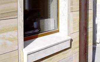 Parapety z kamienia zwykle mają zaledwie 3-4 cm grubości. Mogą wyglądać masywniej, jeśli zamontuje się je na istniejących parapetach, na przykład betonowych (jak na zdjęciu), a stary parapet osłoni się maskownicą z płyt kamiennych