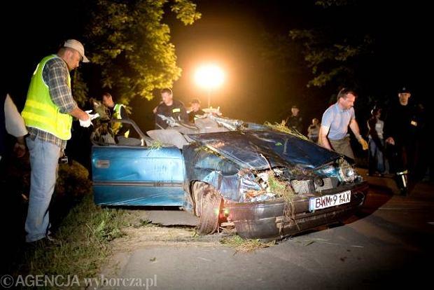 Podlaskie: Opel uderzy� w drzewo - pi�� os�b nie �yje
