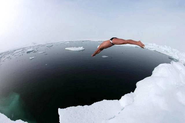 15 lipca 2007 r. Brytyjski pływak Lewis Gordon Pugh nurkuje w Oceanie Arktycznym na biegunie północnym