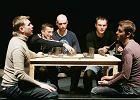 S�ynny antyputinowski teatr na bruku? W Rosji coraz duszniej