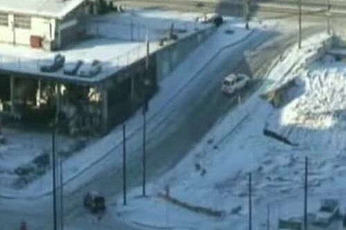 Zima znowu zaskoczy�a drogowc�w... Fot. za liveleak.com/Hitide