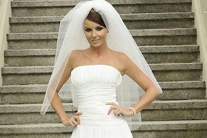 Agnieszka Włodarczyk i Przemysław Saleta stanęli właśnie na ślubnym kobiercu. Nawet ze świadomością, że miało to miejsce tylko na planie serialu Pierwsza miłość, brzmi to dość niedorzecznie.