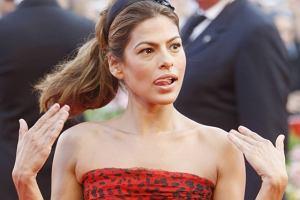 Eva Mendes niepodważalnie jest jedną z piękniejszych kobiet. Nie oznacza to, że i ona nie może czasami źle wyglądać. Na Festiwalu w Wenecji fotoreporterzy zrobili jej kilka niekorzystnych fotek. Zresztą inni uczestnicy również dziwnie na nią patrzyli. Może to tylko chwilowe.