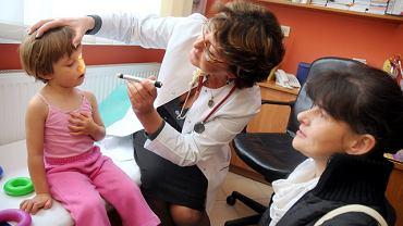 Pediatra Małgorzata Jaczewska przyjmuje dziennie 40-50 małych pacjentów. - Rodzice panikują. Przychodzą do przychodni, gdy tylko maluch ma katar czy pokasłuje