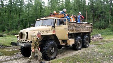 Uczestnicy wyprawy na pace potężnego urala, z przodu kierowca Daniłow