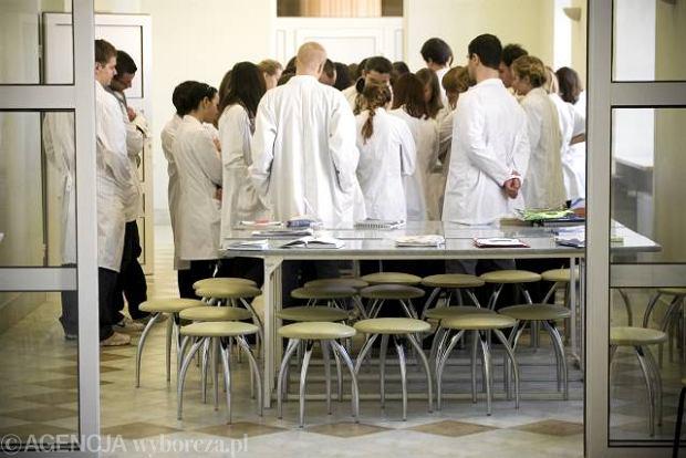 Studenci medycyny UM w Bia�ymstoku podczas zaj�� anatomii